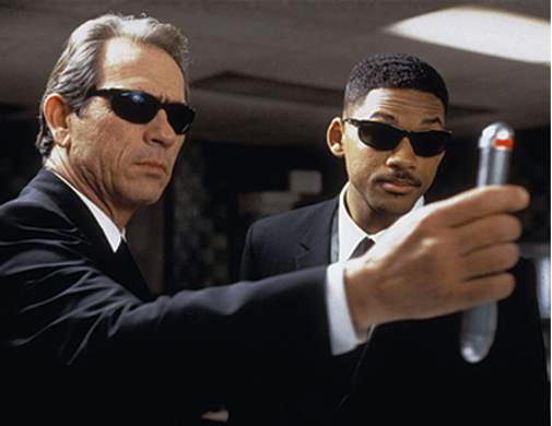 Men in Black movie image - Tommy Lee Jones and Will Smith with their memory flash.